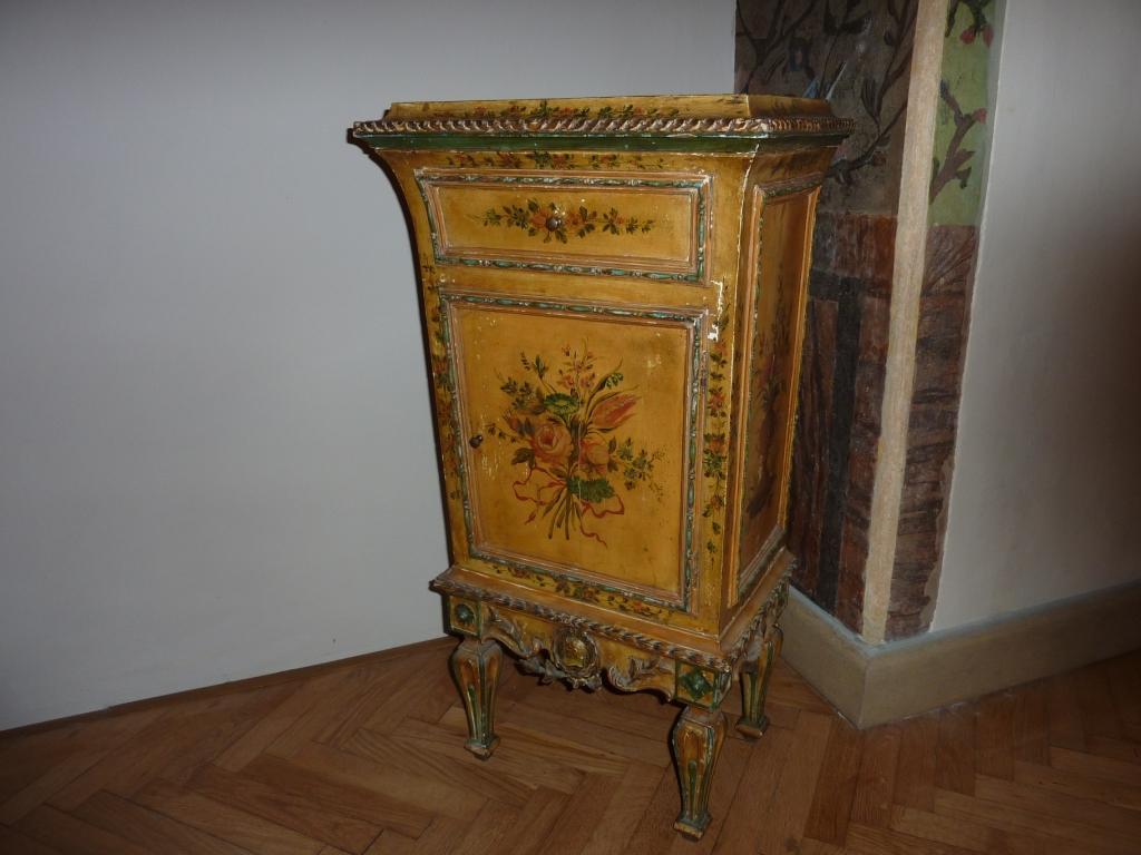 comodino in legno dipinto