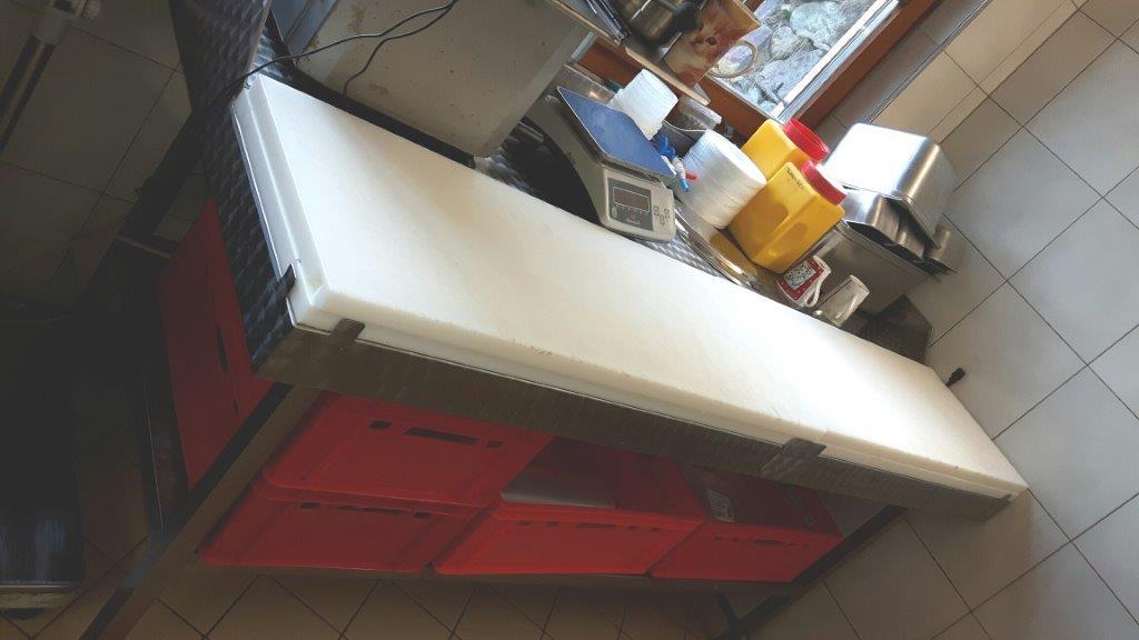 Tavoli in acciao e tagliere / Wulstrandtisch