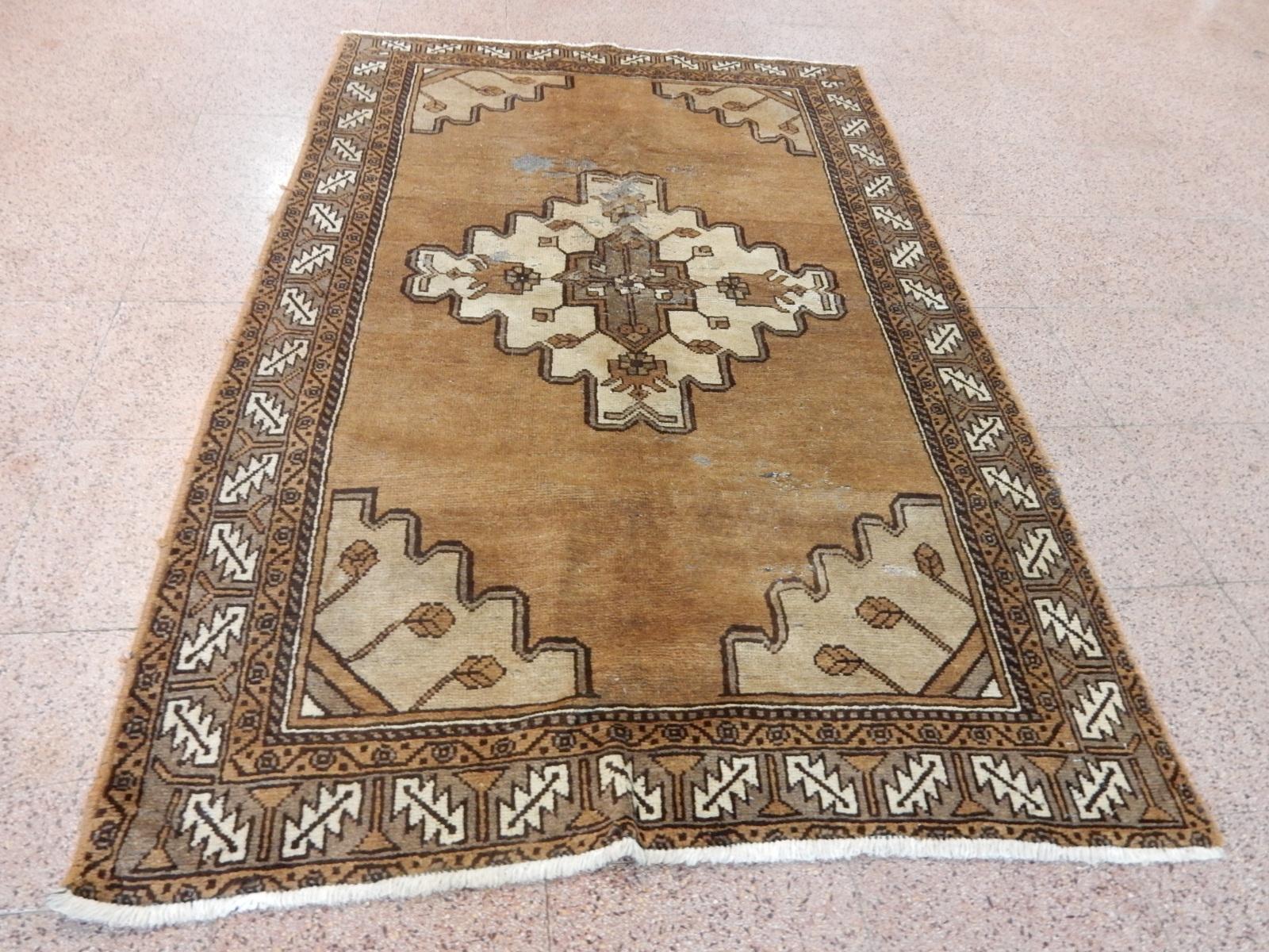 Rif. 2) Tappeto persiano 212 × 135