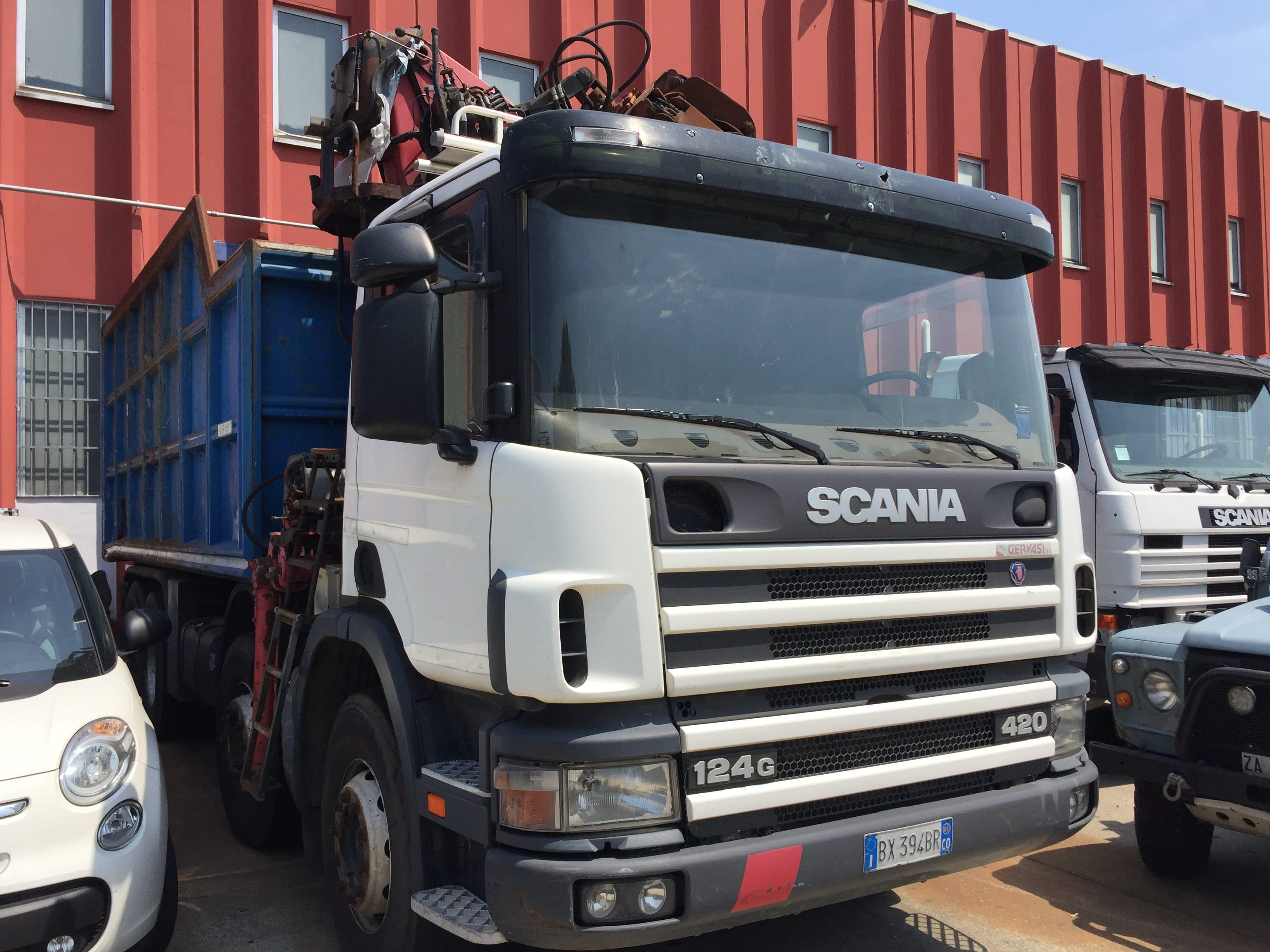 Autocarro Scania con cassone ribaltabile trilaterale