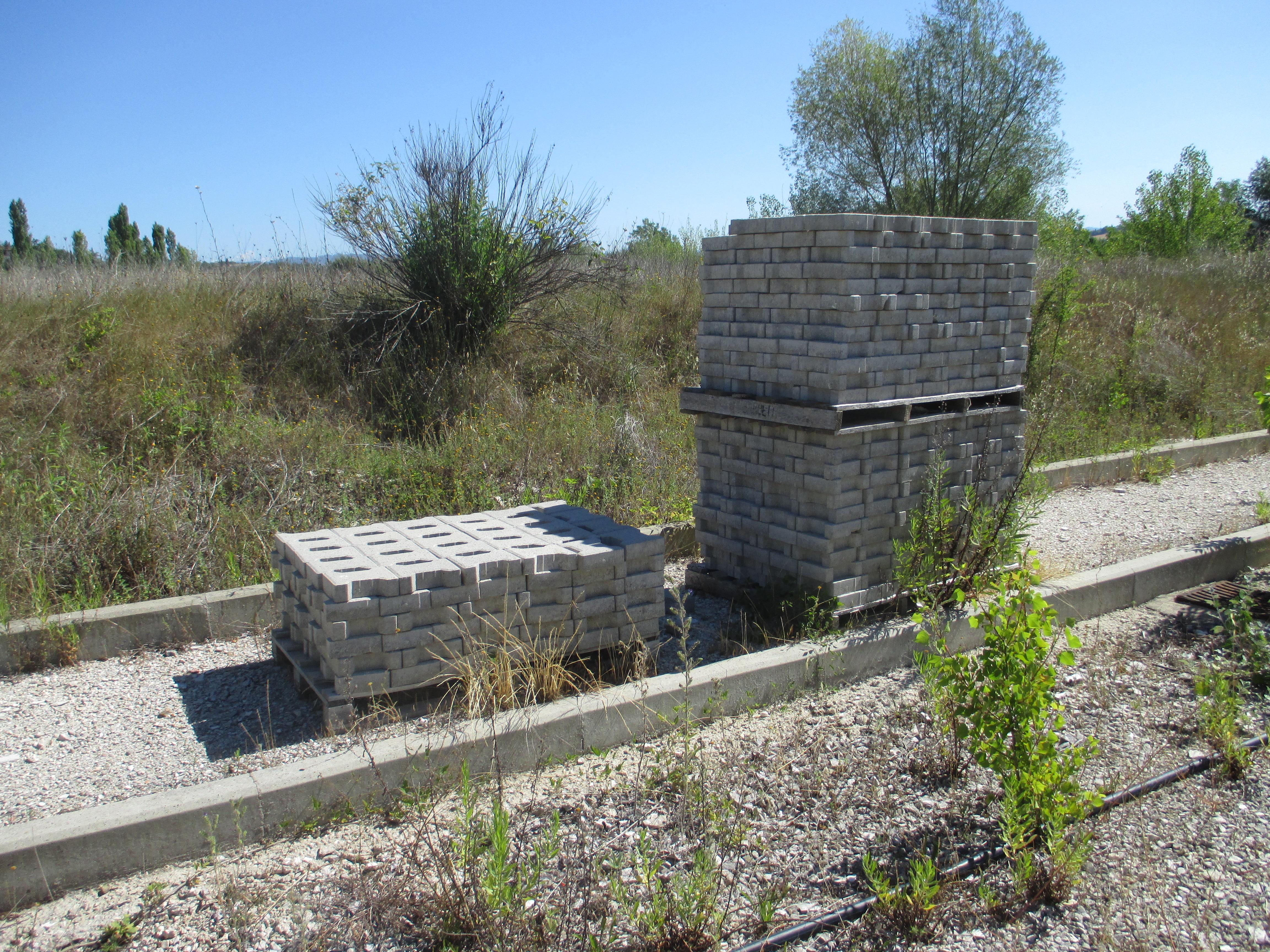Ferro, 12 pancali di manufatti per pavimenti, 2 betoniere, 2 ceste per gru, forca per gru, pancali d