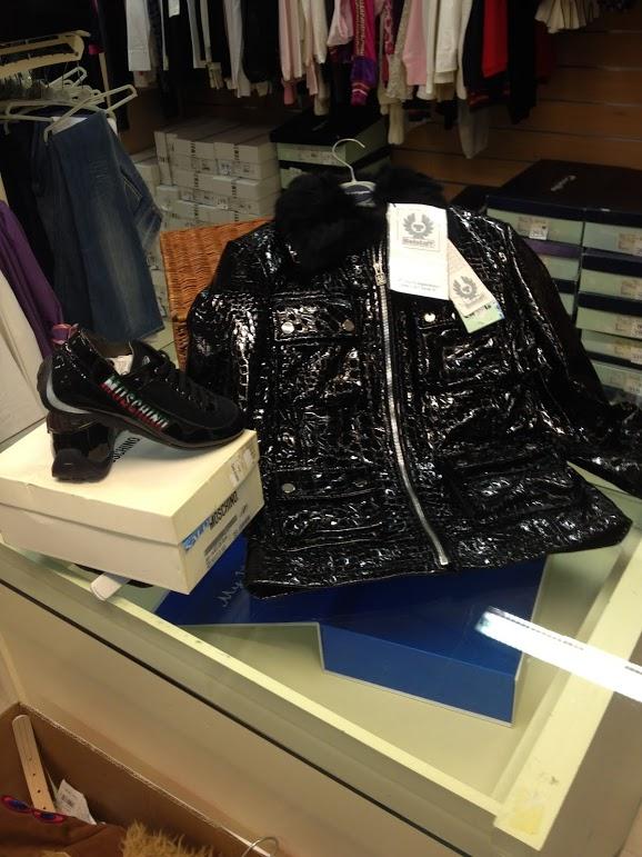 Lotto 3 - Abbigliamento, scarpe, mobili ed attr...