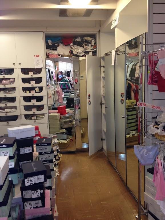 Lotto 2 - Abbigliamento e scarpe, mobili ed att...